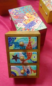 Cajas de madera cruda teñidas y decoradas